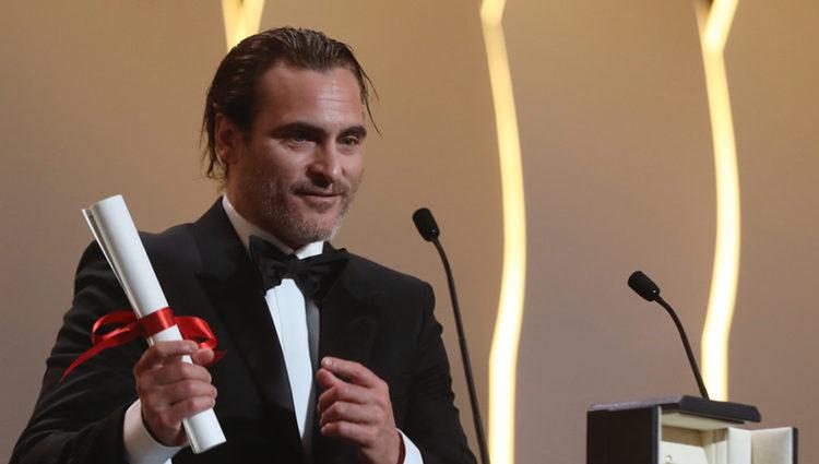 Joaquin Phoenix recogiendo la Palma al mejor actor en el Festival de Cannes