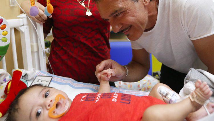 El actor Antonio Banderas visita en Miami un hospital infantil