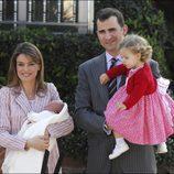 La Infanta Sofía en su presentación tras nacer junto a los Reyes Felipe y Letizia y la Princesa Leonor