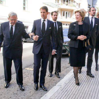 Los Reyes de Grecia con sus hijos Pablo, Nicolás y Felipe y su nuera Tatiana en el funeral de Alexandros Goulandris