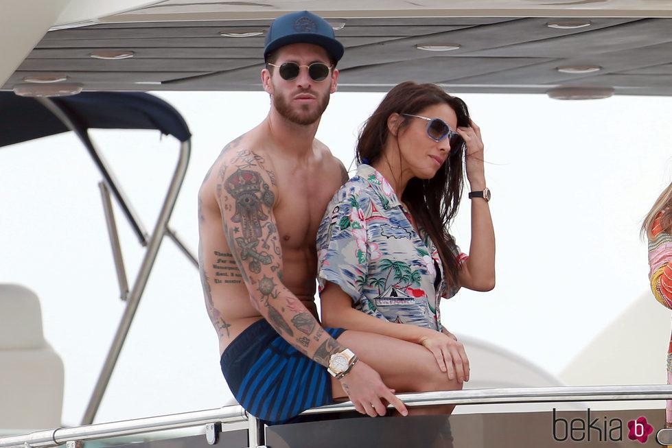 Sergio Ramos muestra su torso desnudo con Pilar Rubio en Ibiza