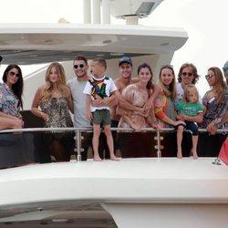 Sergio Ramos, Pilar Rubio, Modric, Lucas Vázquez y otros futbolistas y sus wags en el mar de Ibiza