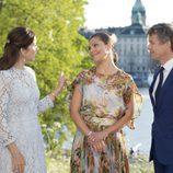 Federico y Mary de Dinamarca charlan con Victoria de Suecia en Estocolmo