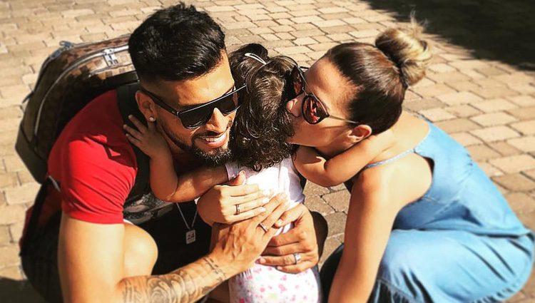 Tamara Gorro y Ezequiel Garay despidiéndose de Shaila antes de viajar a Ibiza