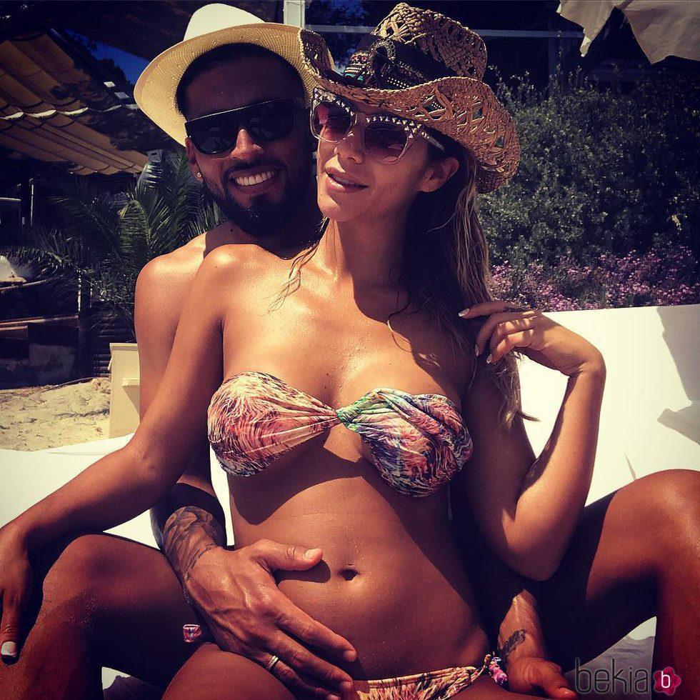 Tamara Gorro y Ezequiel Garay posando muy felices desde Ibiza