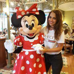 Paula Echevarría posando junto a Minnie Mouse en Disneyland París
