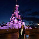 Paula Echevarría posando delante del castillo de Disneyland París