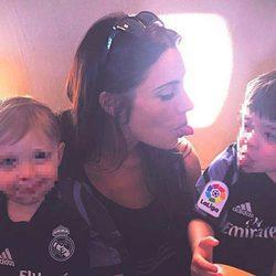 Pilar Rubio con sus hijos Sergio y Marco en el avión camino a la final de la Champions 2017