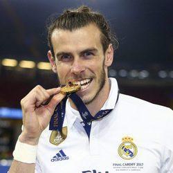 Gareth Bale mordiendo la medalla de ganador de la Champions 2017
