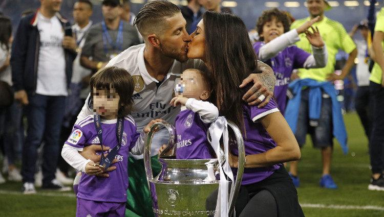Sergio Ramos besando a Pilar Rubio mientras posa con sus hijos tras ganar la Champions 2017