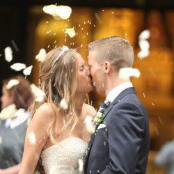 Iker Muniain y Andrea Sesma besándose tras darse el 'sí quiero'