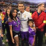 Cristiano Ronaldo celebrando la Champions 2017 con su hijo y Georgina Rodríguez
