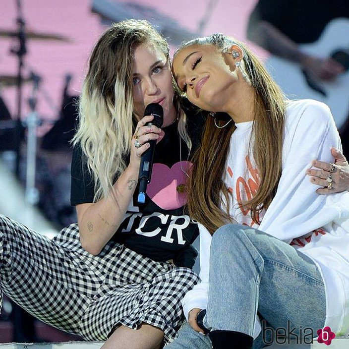 Ariana Grande y Miley Cyrus cantan en el concierto One Love Manchester
