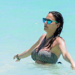 Irene Rosales dándose un chapuzón en Punta Cana
