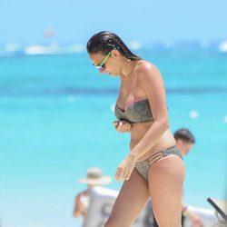 Irene Rosales luciendo cuerpo saliendo del mar en Punta Cana