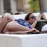Kiko Rivera se echa una siesta mientras Irene Rosales mira su móvil en Punta Cana