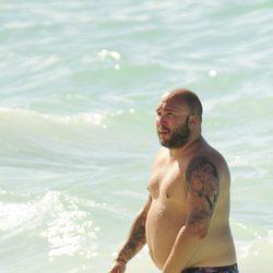Kiko Rivera luciendo torso en las playas de Punta Cana