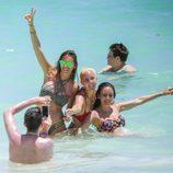Irene Rosales con unas amigas en la playa de Punta Cana