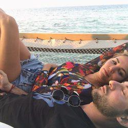 Rosanna Zanetti mirando fijamente a David Bisbal durante un paseo en catamarán