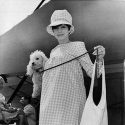 Barbra Streisand con su perro en 1966
