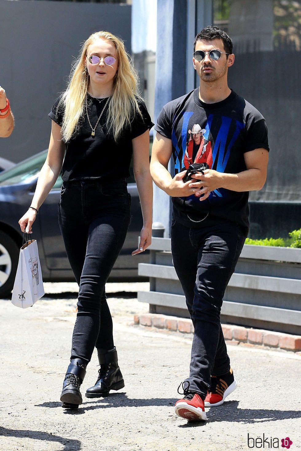 Joe Jonas y Sophie Tuner paseando por las calles de Los Ángeles
