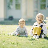 Oscar y Estela de Suecia posan sentados en el jardín por el Día Nacional de Suecia 2017