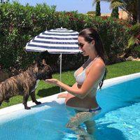 Malena Costa presumiendo de segundo embarazo en la piscina en Mallorca