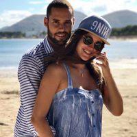 Malena Costa luciendo su segundo embarazo junto a Mario Suárez en Mallorca
