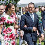 Victoria y Daniel de Suecia caminan agarrados en el Día Nacional de Suecia 2017