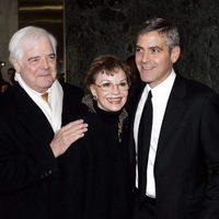 George Clooney y sus padres en un evento