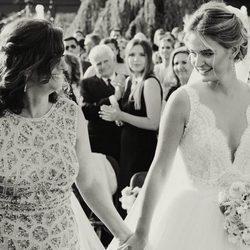 Laura Escanes acompañada por su madre el día de su boda