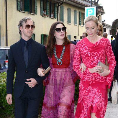 Anne Hathaway, Adam Shulman y Emily Blunt en la boda de Jessica Chastain