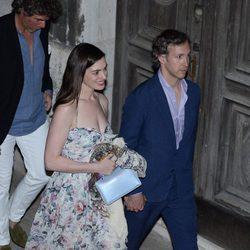 Anne Hathaway y Adam Shulman en la fiesta previa antes de la boda de Jessica Chastain