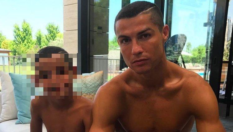 Cristiano Ronaldo con su hijo Cristiano Jr. luciendo el mismo corte de pelo