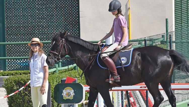 Victoria de Marichalar montando a caballo junto a la Infanta Elena en Estepona