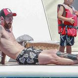 Leo Messi con el torso desnudo tomando el sol en un barco en Ibiza