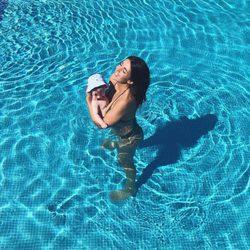 Noelia López con su hijo Arnaldo en su primer baño en la piscina