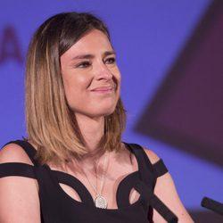 Sandra Barneda recogiendo muy emocionada el Premio Triángulo Visibilidad