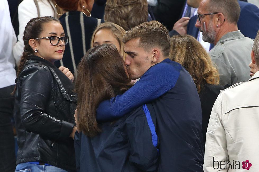 Antoine Griezmann y Erika Choperena dándose un beso
