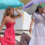 Antonella Roccuzzo y Daniella Semaan paseando por una playa de Formentera
