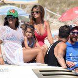 Leo Messi, Cesc Fábregas, Antonella Roccuzzo, Daniella Semaan y Lia Fábregas en un yate a orillas de una playa de Formentera