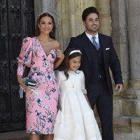 Paula Echevarría y David Bustamante posando con su hija Daniella el día de su Comunión