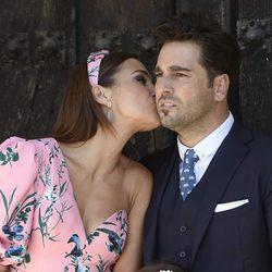 Paula Echevarría dando un beso a David Bustamante en la Primera Comunión de Daniella