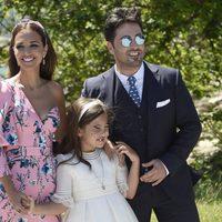 Daniella muy eliz el día de su Primera Comunión con sus padres David Bustamante y Paula Echevarría