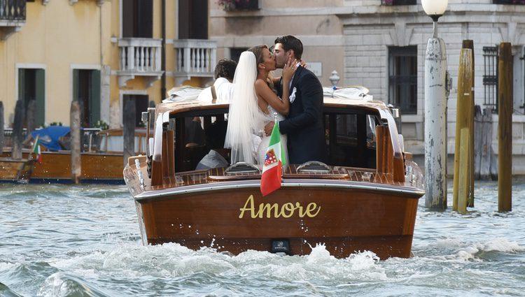Álvaro Morata y Alice Campello sellando su amor el día de su boda en Venecia