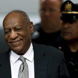 Bill Cosby, a la salida de la vista en la que se ha declarado juicio nulo la demanda por agresión sexual
