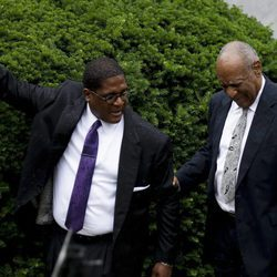 Bill Cosby feliz a la salida de los juzgados tras ser declarado juicio nulo