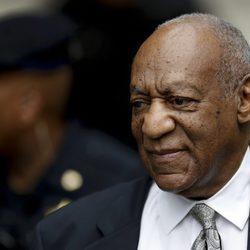 Bill Cosby a la salida de los juzgados tras ser declarado juicio nulo