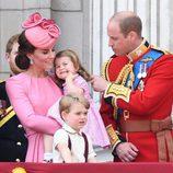 Los Duques de Cambridge con el Príncipe Jorge y la Princesa Carlota en la tradicional Trooping The Colour