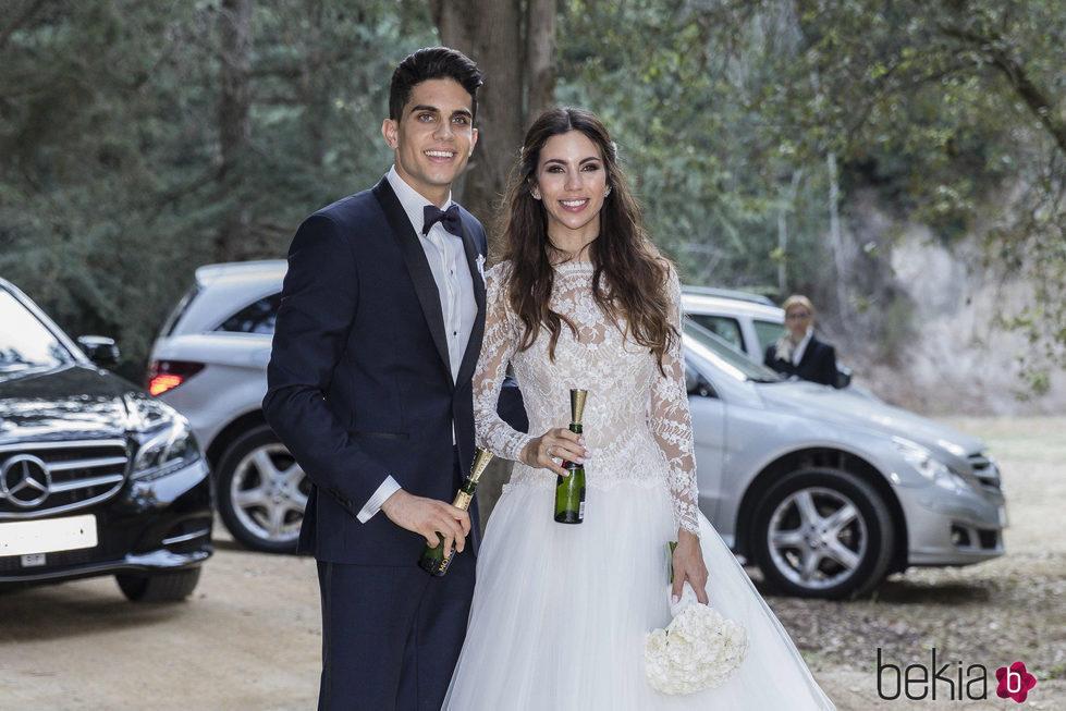 Melissa Jiménez y Marc Bartra posando para la prensa tras su boda